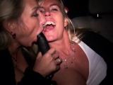 Zwei notgeile MILFs ficken im Taxi und werden gefilmt