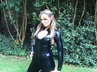 Sexy glamour babe Ellis outdoor latex